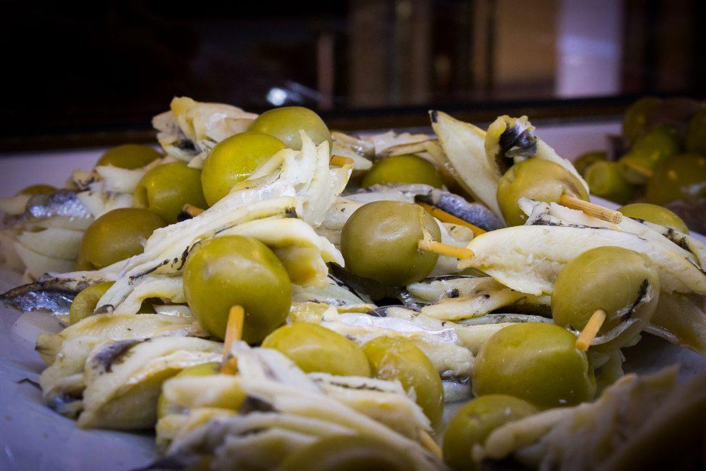 Pincho de anchoas y aceitunas