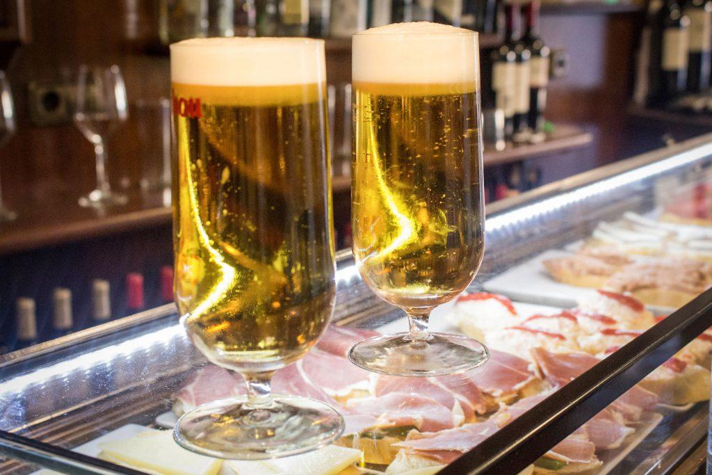 Cervezas dentro del bar