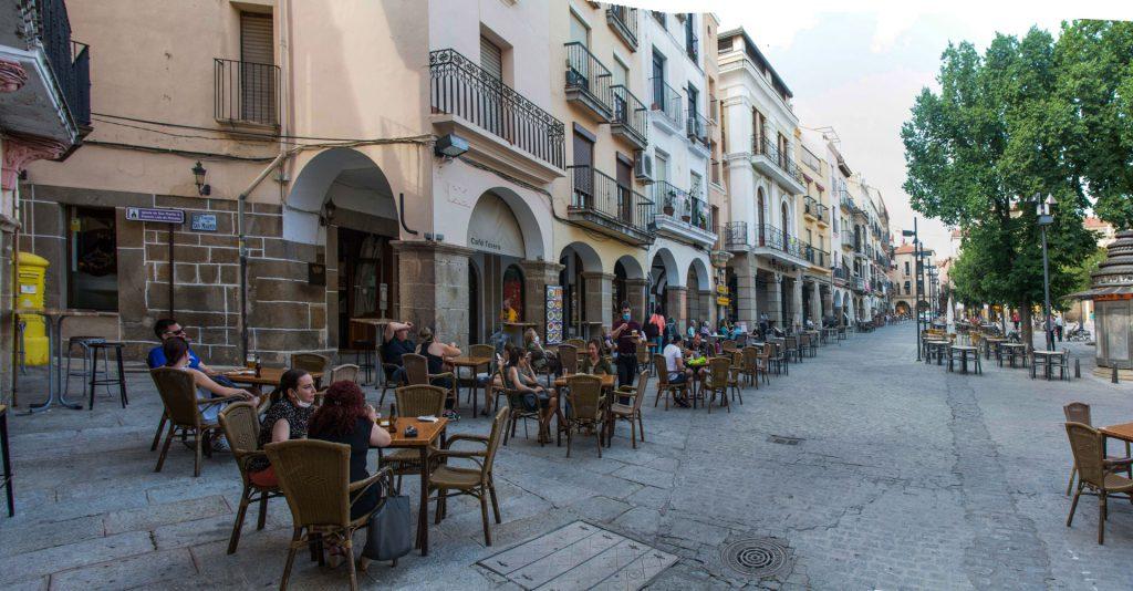 Vista panorámica de la Plaza Plasencia con mesas terraza