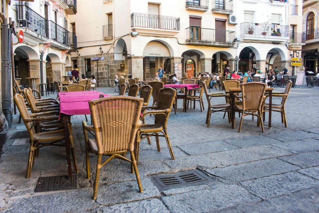 Mesas en centro de la ciudad