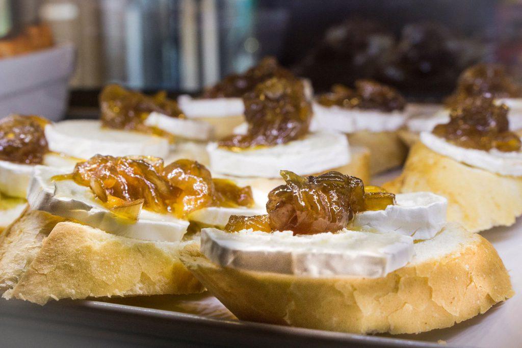 Pincho de queso con cebolla caramelizada